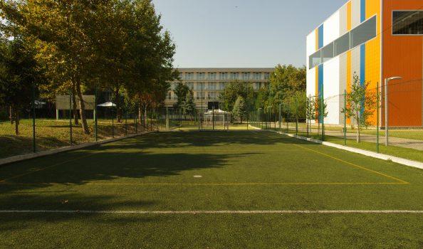 Площадка с тревно покритие (средна)