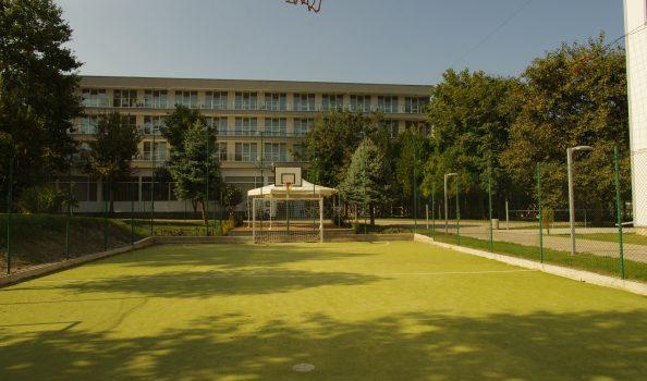 Площадка с тревно покритие (малка)